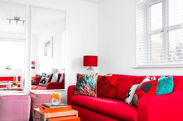 Gương trang trí phòng khách đặt cạnh sofa