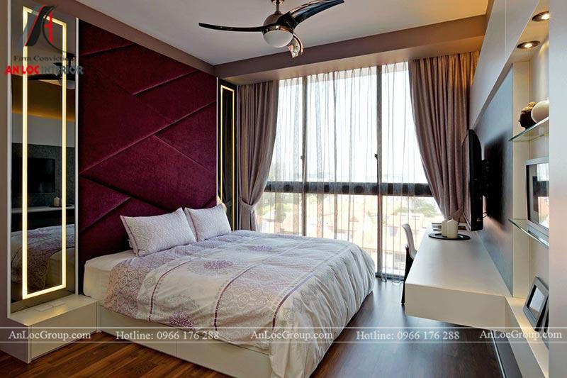 Đầu giường ngủ nổi bật với bức tường màu tím