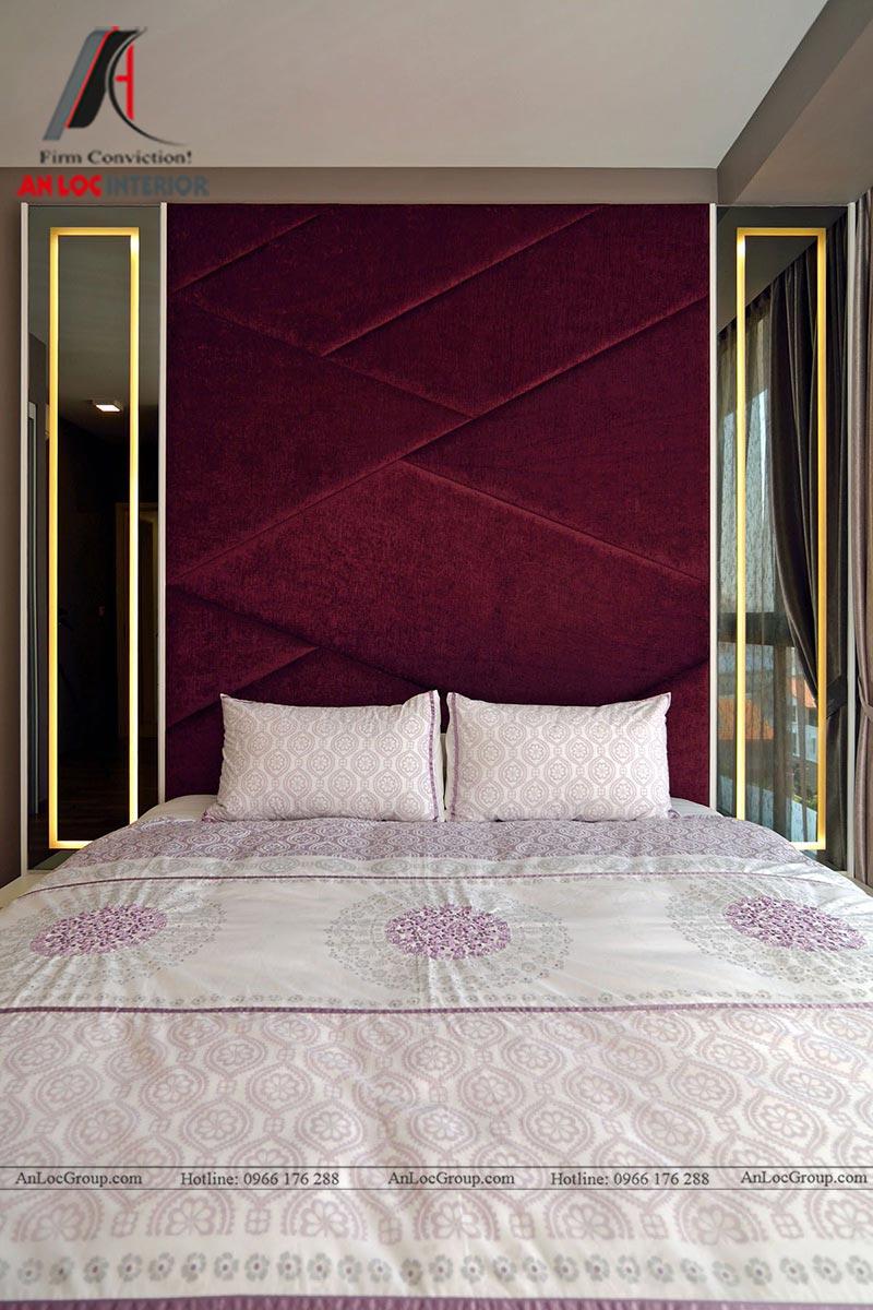 Phía 2 bên bức tường trên đầu giường ngủ được lắp gương sang trọng