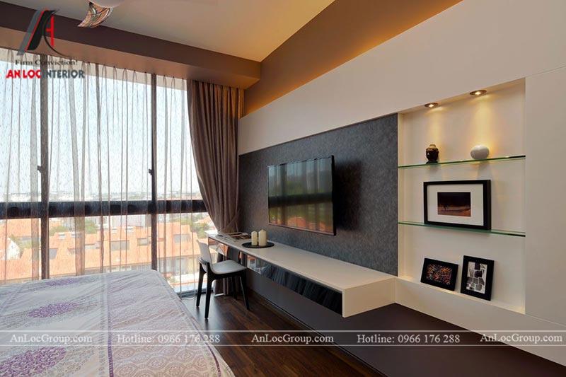 Kệ tivi kết hợp với bàn làm việc, kệ trang trí trong phòng ngủ master căn hộ 80m2