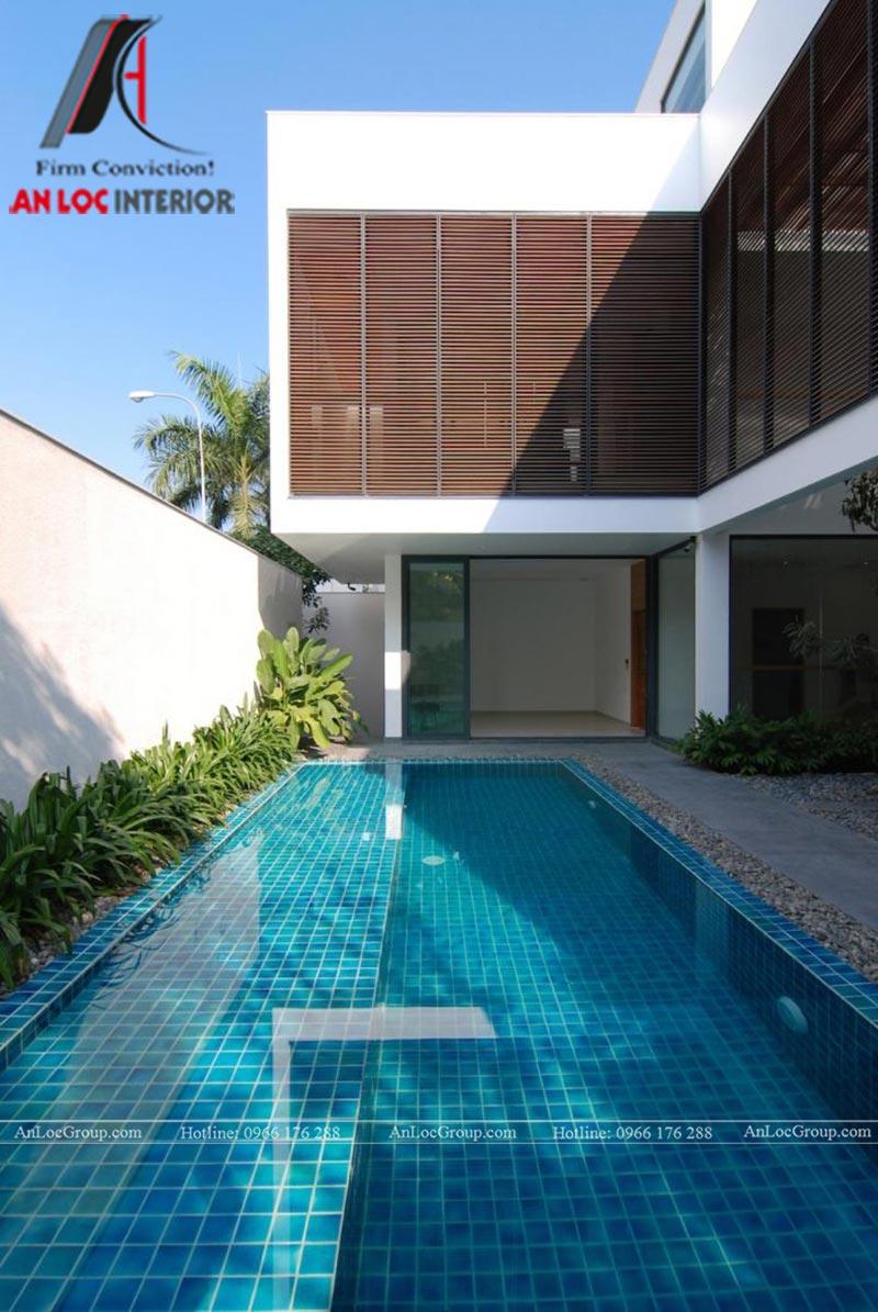 Một hồ bơi rộng trong khuôn viên biệt thự Thảo Điền Village