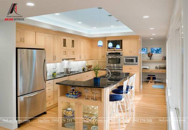 Mẫu 7 - Trần màu xanh nhạt cho phòng bếp kết hợp với chất liệu gỗ màu vàng tạo nên không gian hài hòa