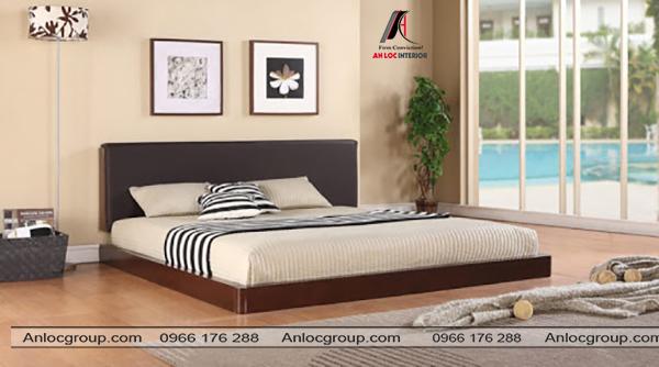 Giường thấp cận sàn đặt dựa vào bức tường gắn 2 bức tranh tinh tế