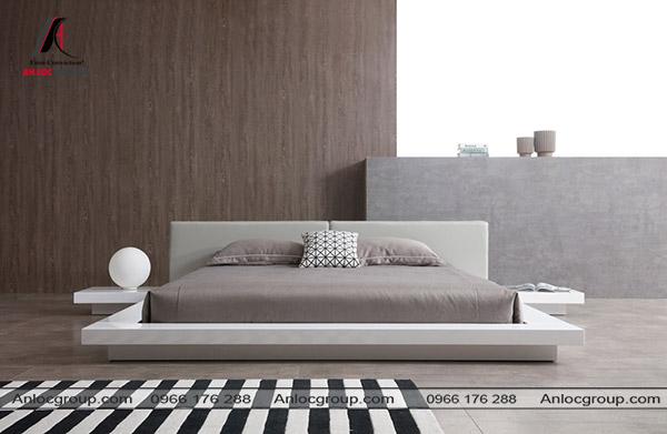 Giường ngủ không chân màu xám kết hợp với một chút màu trắng tạo cảm giác rộng rãi hơn cho không gian.