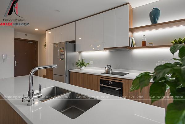 Nội thất phòng bếp có sự phối hợp màu sắc giữa trắng - nâu gỗ