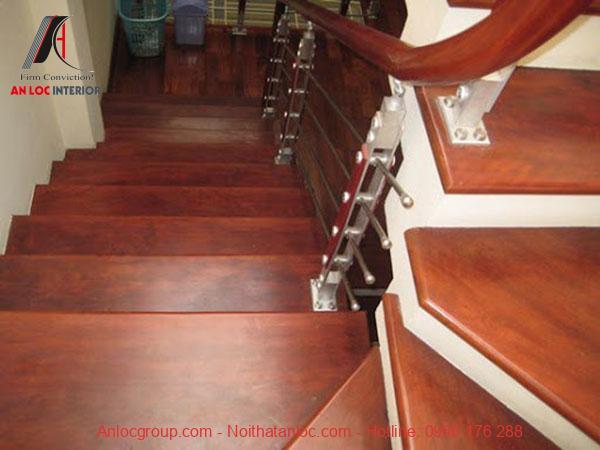 Cầu thang gỗ chò