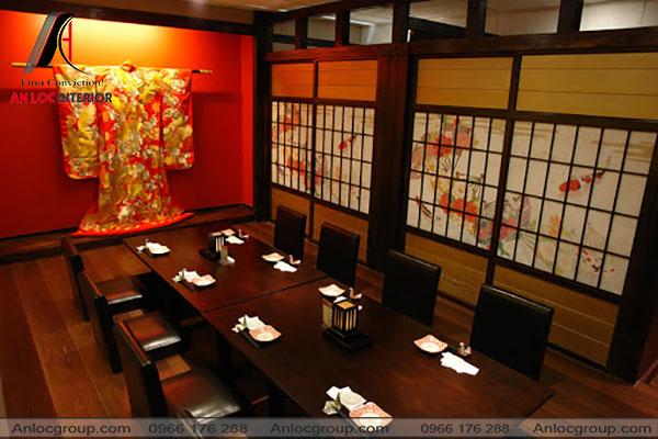 Mẫu 12 - Bàn ghế được thiết kế thấp hơn, kết hợp với điểm nhấn là bộ Kimono