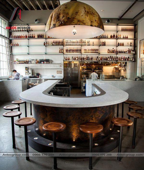 Mẫu 58 - Trang trí nhà hàng với điểm nhấn là quầy bar hình chữ U và bóng đèn treo thả cỡ lớn