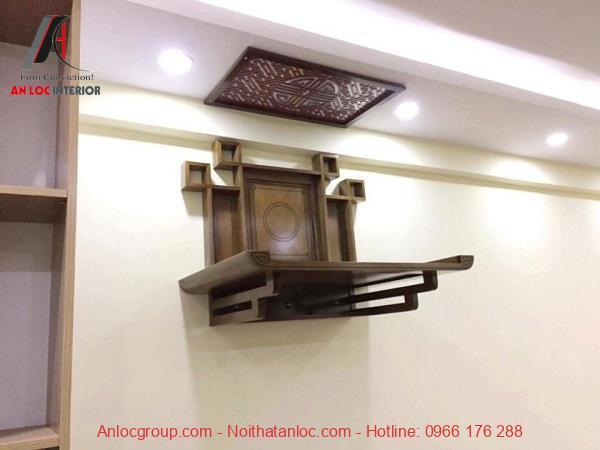 Mẫu bàn thờ treo tường giản dị, có vách ngăn phản bên để bảo vệ tường nhà