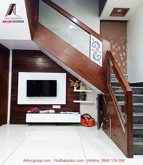 Mẫu 8 - Kệ tivi dưới chân cầu thang giúp tiết kiệm diện tích