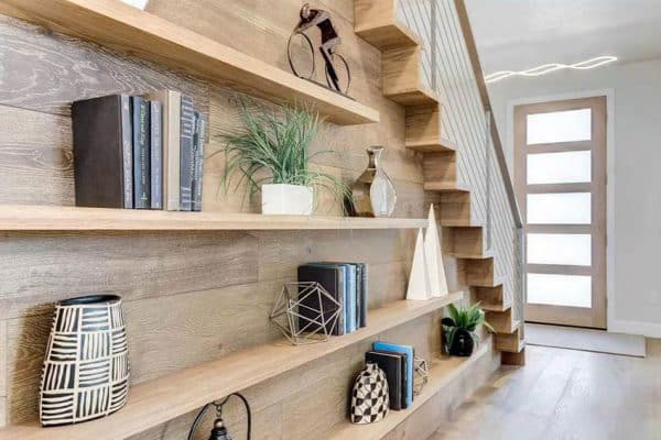 Mẫu 18 - Giá sách bằng gỗ dưới chân cầu thang