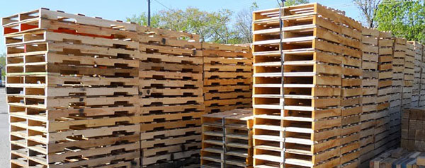 Pallet gỗ được xếp chồng lên nhau
