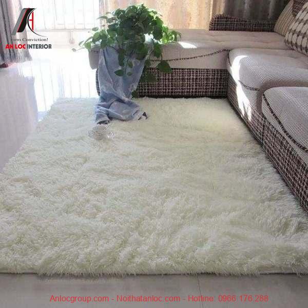 Thảm trải sàn màu trắng giúp không gian sang trọng và rộng rãi hơn