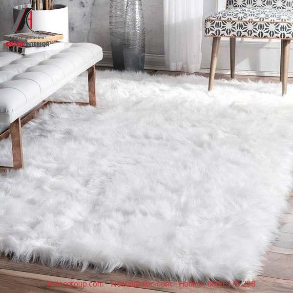 Thảm trải sàn lông trắng tinh tạo sự sang trọng cho phòng khách