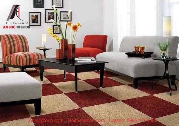 Thảm nỉ họa tiết caro tông màu đỏ vàng ấn tượng, mang đến sự ấm cúng và rực rõ cho căn phòng