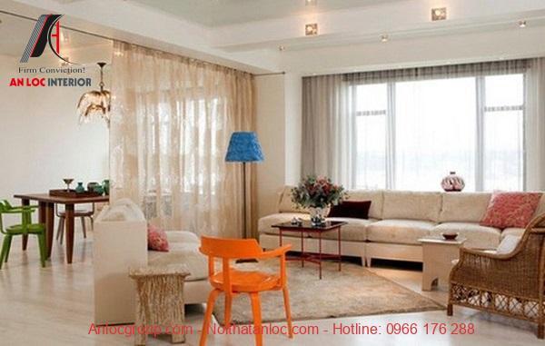 Rèm vải voan ngăn không gian căn hộ với thiết kế thông phòng
