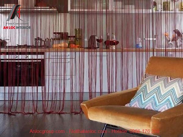 Rèm voan màu hồng tím mang tới sự đơn giản cho không gian bếp