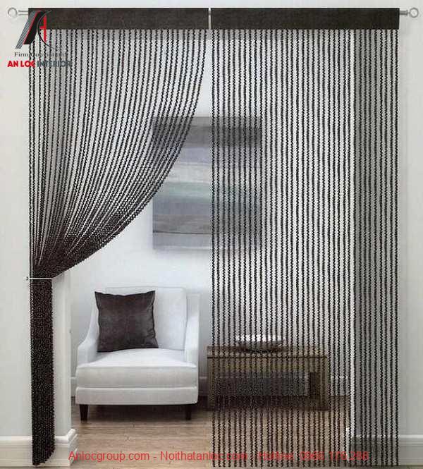 Rèm dạng sợi thay cho cánh cửa thông phòng khách và bếp