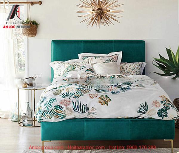 Giường ngủ nhiệt đới với họa tiết in trên vỏ chăn, ga gối