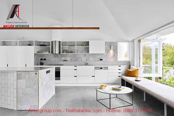 Phòng bếp phong cách Hitech được sắp đặt với các thiết bị hài hòa, thông minh đến từng chi tiết