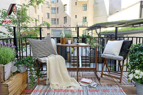 Tiểu cành ban công chung cư được sắp đặt với màu xanh tự nhiên