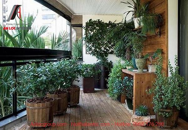 Góc ban công được phủ bằng màu xanh thiên nhiên kết hợp với những chậu gỗ