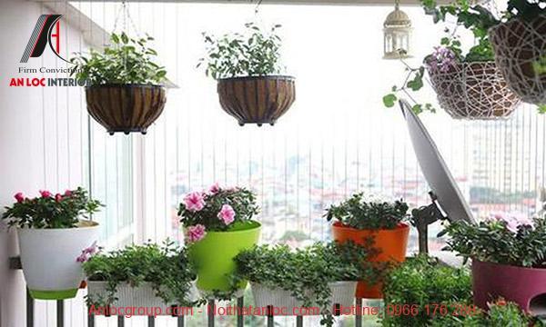Chậu hoa treo ban công giúp căn hộ rực rỡ sắc màu