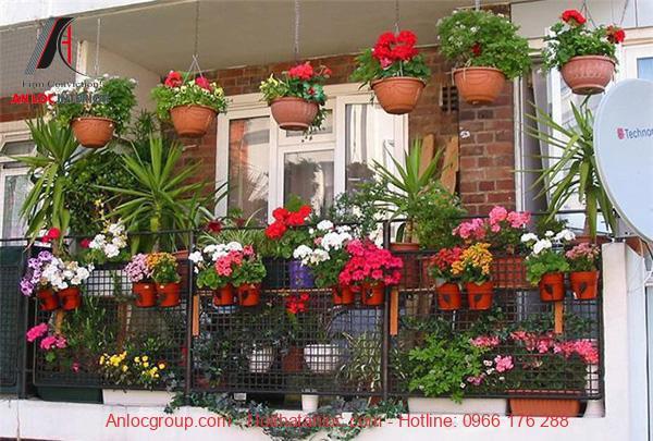Thiết kế ban công chung cư với nhiều giỏ hoa ấn tượng