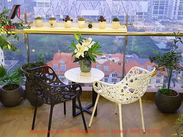 Bộ bàn ghế đơn giản giúp bạn có không gian ngắm cảnh tuyệt vời