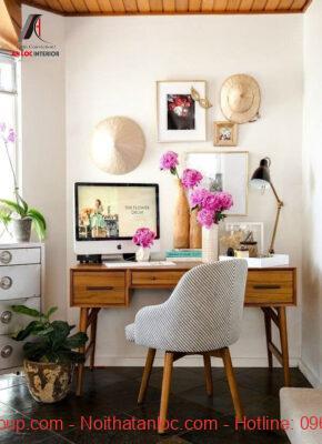 Bàn làm việc decor bằng tranh treo tường và lọ hoa ấn tượng
