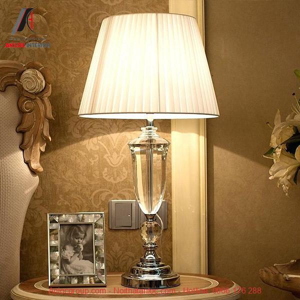 Đèn để bàn chụp vải, khung đèn trang trí bằng khối pha lê trong suốt