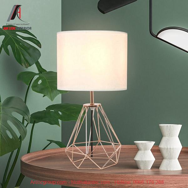 Chân đèn ngủ để bàn có thiết kế độc đáo, cuốn hút