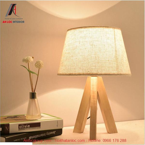 Đèn ngủ chân gỗ dáng nghệ thuật