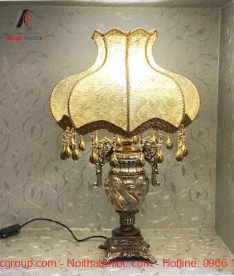 Mẫu đèn để bàn phong cách tân cổ điển tạo nên sự sang trọng, quyền lưc