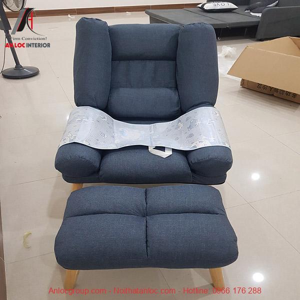 Mẫu 7: Thiết kế phòng ngủ có ghế sofa với vị trí để chân tiện nghi