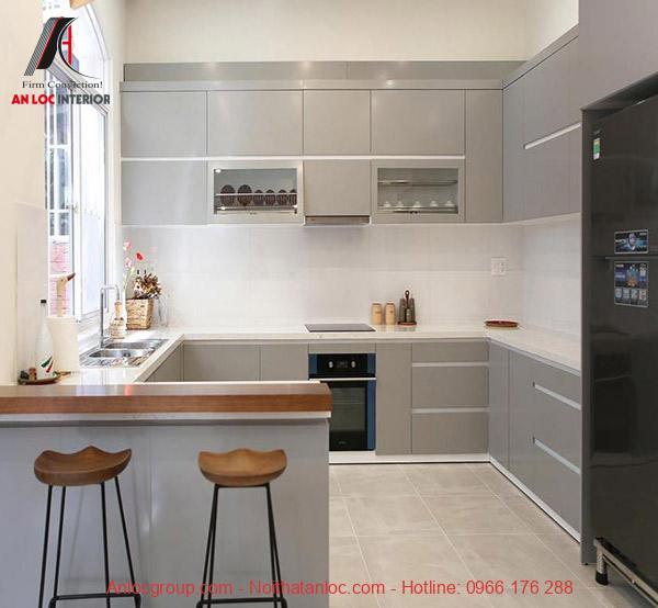 Thiết kế bếp chung cư hình chữ U kết hợp với quầy bar là một dấu ấn đậm nét