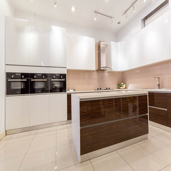 Vật liệu ốp tường khiến thiết kế bếp chung cư sáng bừng sức sống