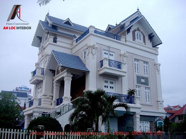 Biệt thự 4 tầng có sân vườn xanh đi kèm với mái xanh mang đến sự đồng điệu trong kiến trúc