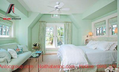 Sơn phòng ngủ màu xanh kết hợp với ô cửa lớn mang đến cảm giác ấn tượng