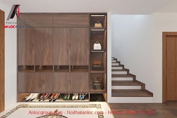 Cầu bậc cầu thang dẫn lên tầng 2 đều được lát bằng gỗ. Kệ tủ để giày, túi sách được thiết kế âm trong tường tạo sự gọn gàng cho không gian