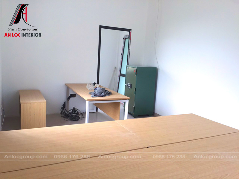 Bề mặt bàn làm việc phủ bằng laminate cao cấp, chống xây xước hiệu quả.