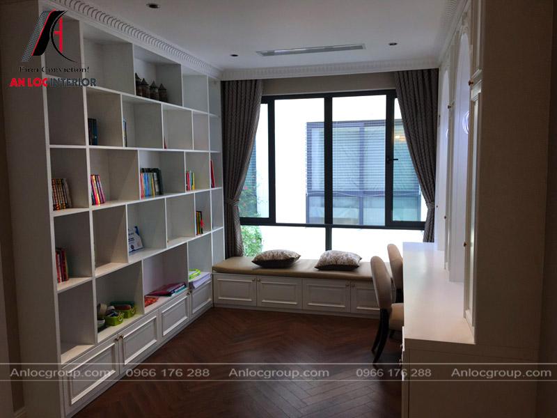 Ghế dài dạng tủ được thiết kế gần cửa tạo không gian đọc sách lý tưởng