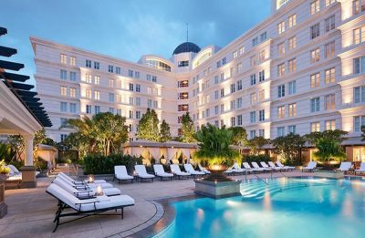 Hồ bơi rộng lớn kết hợp với ghế nghỉ ngơi là xu hướng thiết kế khách sạn hiện đại
