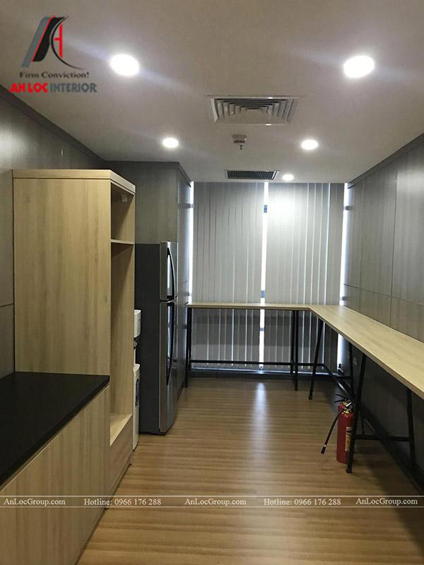 Nội thất bếp nấu văn phòng được bố trí thêm tủ, kệ bằng gỗ công nghiệp