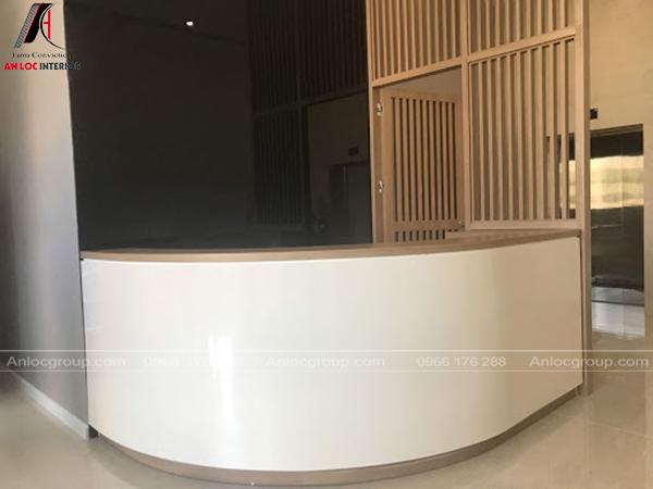 Bàn lễ tân trong nội thất văn phòng sử dụng gỗ công nghiệp phủ Melamine