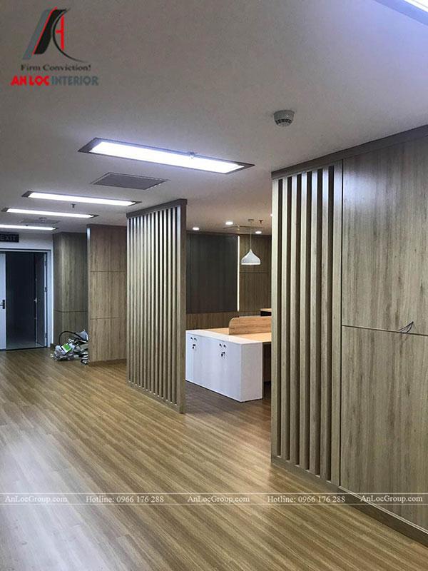 Tấm ngăn thưa được chế tác bằng gỗ tự nhiên dùng trong nội thất văn phòng