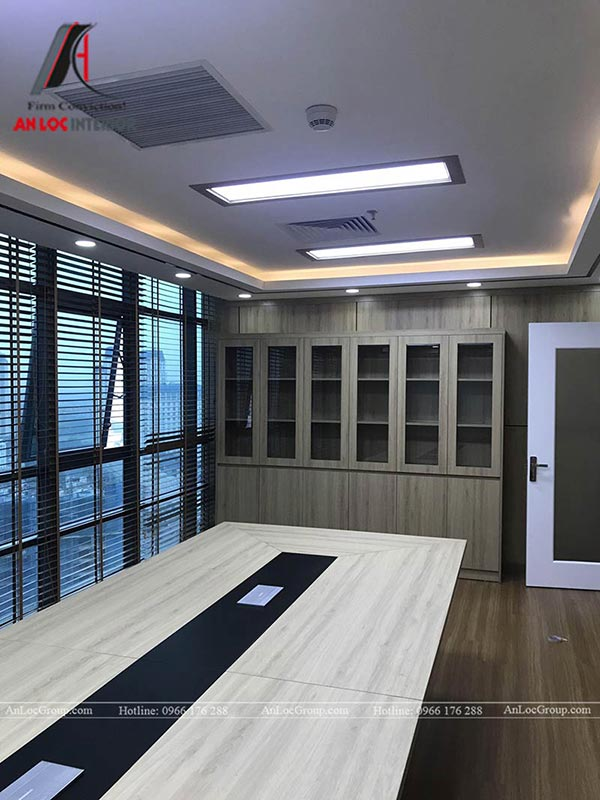 Cách cửa được phủ rèm che giúp nội thất phòng họp trang trọng, kín đáo