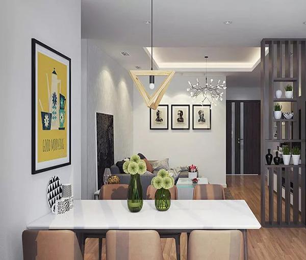 Vách ngăn trang trí giữa phòng khách và bàn ăn được chia thành từng ô với chất liệu gỗ đặc trưng